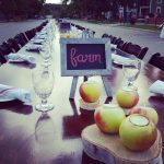 Photo a long table set for a hundred people for dinner on a street in Rochester